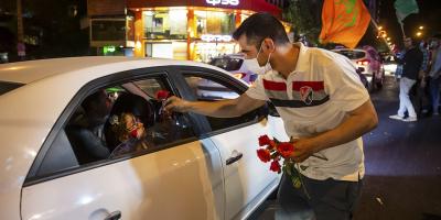 توزیع گل و شیرینی به مناسبت عید غدیرخم در پارک نیاوران تهران